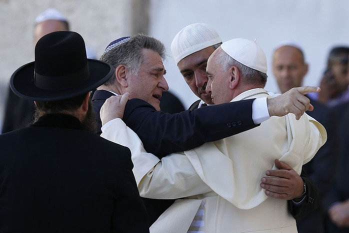 Pope Francis embraces Argentine Rabbi Abraham Skorka